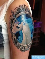 大臂上非常忧郁的彩色独角兽纹身图案