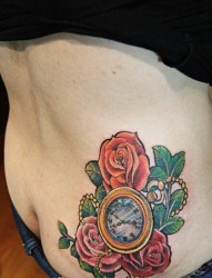 女性臀部怀表玫瑰纹身图案