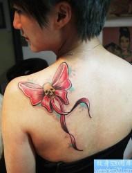 女性肩部蝴蝶结骷髅纹身图案
