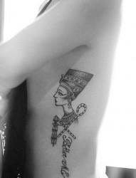 女性侧腰纳芙蒂蒂纹身图案