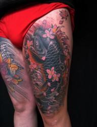男士超个性大腿部位彩色黑鲤鱼纹身图案