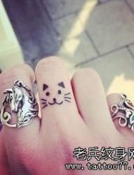 手指小清新猫咪纹身图案