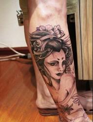 纹身馆推荐一款腿部黑灰艺妓纹身图案