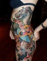 一款女性臀部彩色马纹身图案
