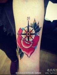 一款手臂彩色玫瑰花指南针纹身图案