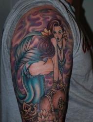 一款大臂美人鱼纹身图案