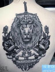 一款女性背部狮子纹身图案