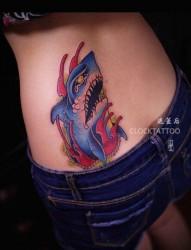 女性腰部彩色鲨鱼纹身图片