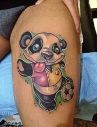 一款腿部彩色熊猫纹身图案