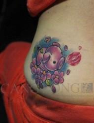 女生腰部潮流精美的小猪纹身图案