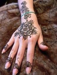 女性手背图腾花纹刺青
