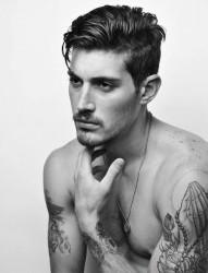 一组欧美男性的纹身风格
