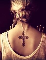 美女背后的十字架纹身