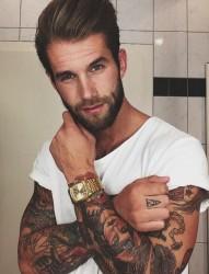 欧美男士手臂上的个性纹身