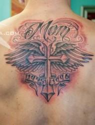 背部帅气时尚的十字架翅膀纹身