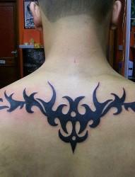 男人背部简单时尚的图腾纹身