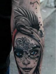 手臂上个性的美女头像纹身