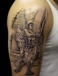 手臂上一款个性的天使纹身