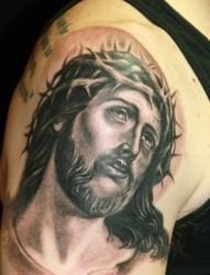 手臂上一款个性的耶稣头像纹身