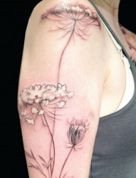 女性手臂漂亮的花朵刺青