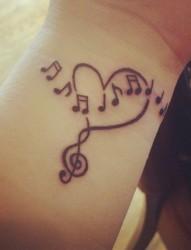 手腕漂亮好看的音符纹身