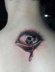 男生后脖眼睛纹身