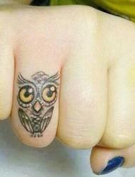 手指上可爱的猫头鹰纹身