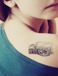 肩部非常唯美适合女生的纹身图案