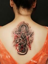 美女背部的蛇纹身