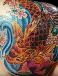 肩部经典的中国鲤鱼纹身