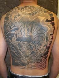 满背大气的老虎纹身