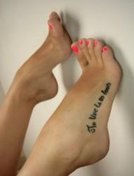脚部漂亮的英文纹身