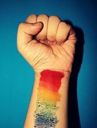 手腕上漂亮的彩虹纹身