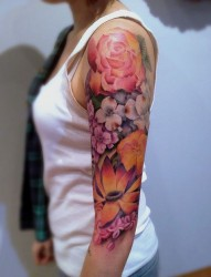 女性手臂个性的花臂纹身