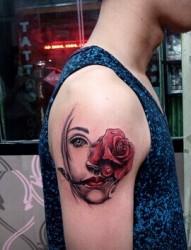 大臂上抽象的肖像纹身