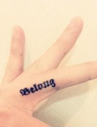 时尚简约的手指英文刺青