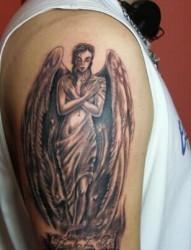 大臂上个性的天使纹身