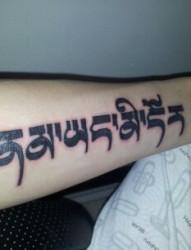 小臂上漂亮的梵文纹身