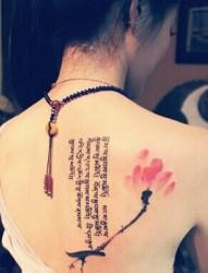 小小的神秘字体亲吻女生的背部