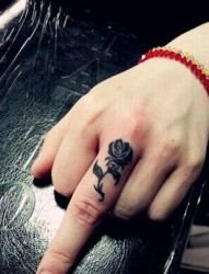 小巧可爱的手指图腾刺青