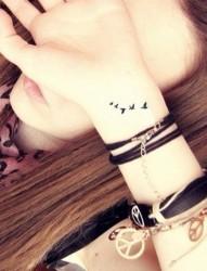 女生手腕小巧漂亮的纹身