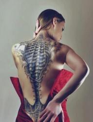 女性背部炫酷的3d纹身