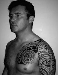 欧美男士的图腾半甲刺青