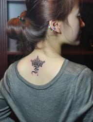 背部时尚个性的皇冠英文纹身