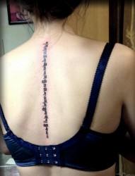 女生背部个性的梵文刺青