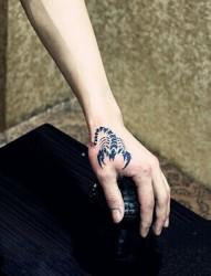 虎口个性的蝎子图腾刺青