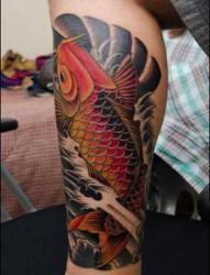 个性的腿部鲤鱼纹身