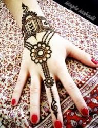 女生手臂上漂亮好看的手链纹身图案