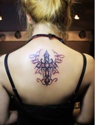 女性背部十字架图腾刺青