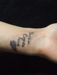 手腕处一只小翅膀和英文的纹身